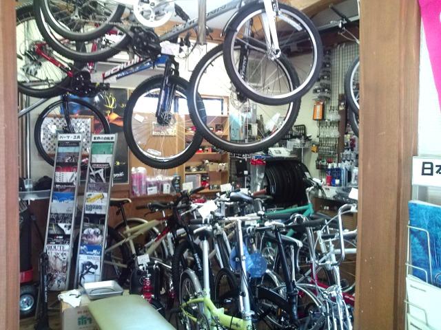 所狭しと並んだ自転車は天井にも