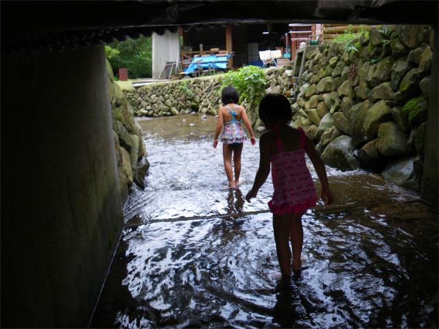 深坂自然の森で水遊び