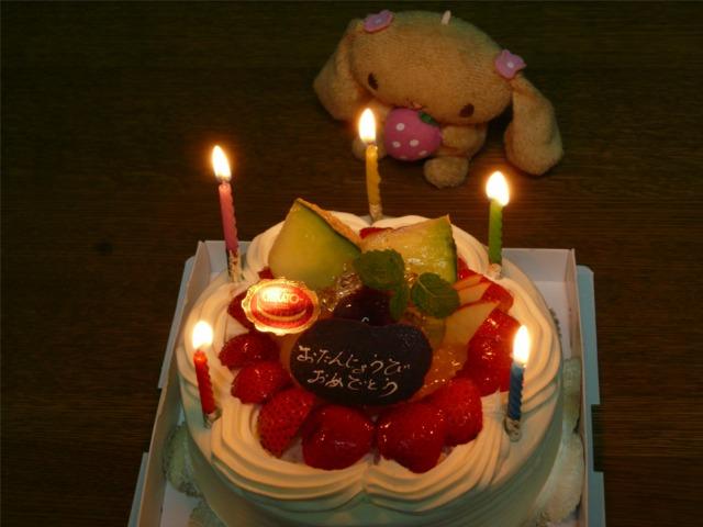 『うちの三姉妹』三女のお誕生日を生クリームケーキでお祝い