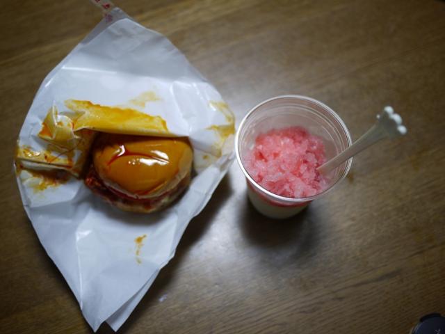 モスバーガー の ラー油バーガー と 氷シェイク いちご