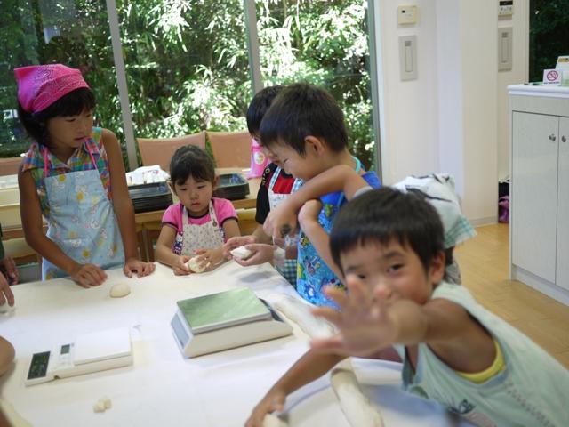 親子パン教室に参加してる子供たち