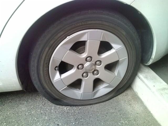 タイヤがパンクしました 見事に空気が抜けて、タイヤがパンクしています。銘柄はメーカー標準仕様の.